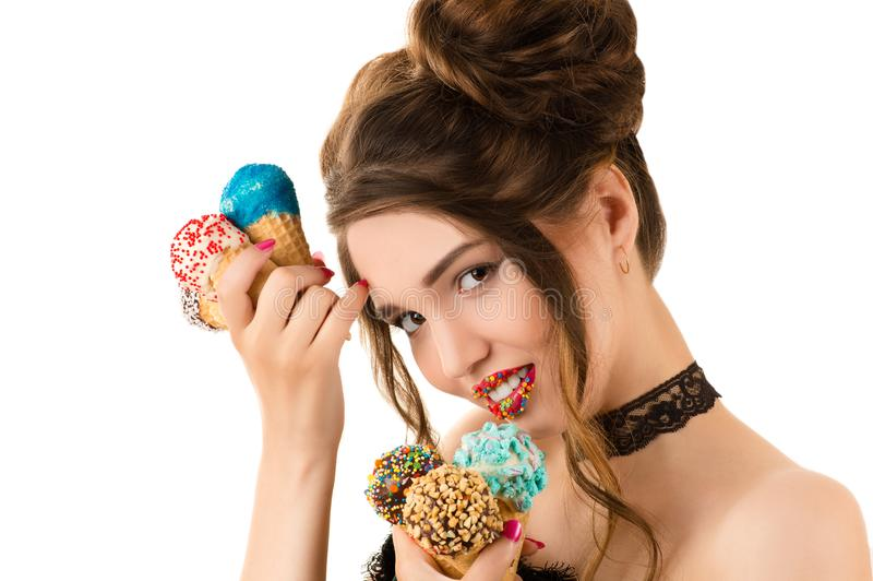 Powabna brunetka z jaskrawym makeup na wargach z lody w rękach i zdjęcia stock