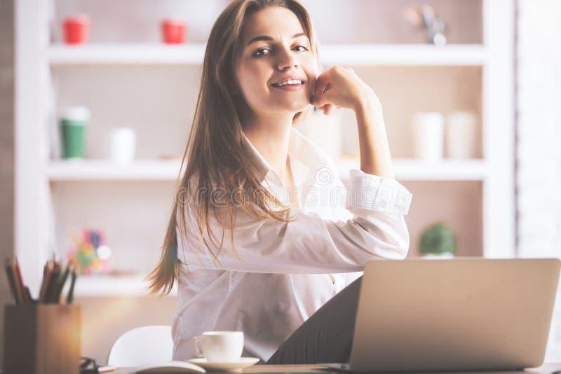 Powabna dziewczyna przy miejscem pracy zdjęcia royalty free