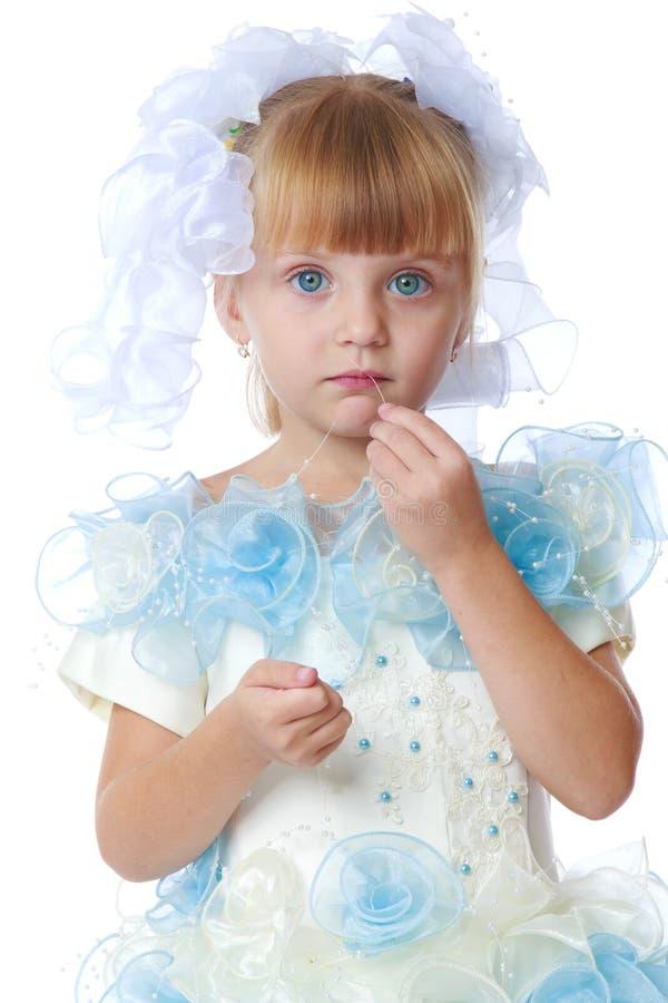 Powabna dziewczyna w białej i błękitnej sukni obraz stock
