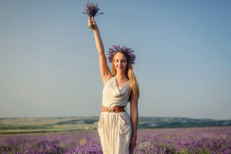 Powabna dziewczyna w lawendy śródpolny pozować jako statua wolności, che obraz royalty free