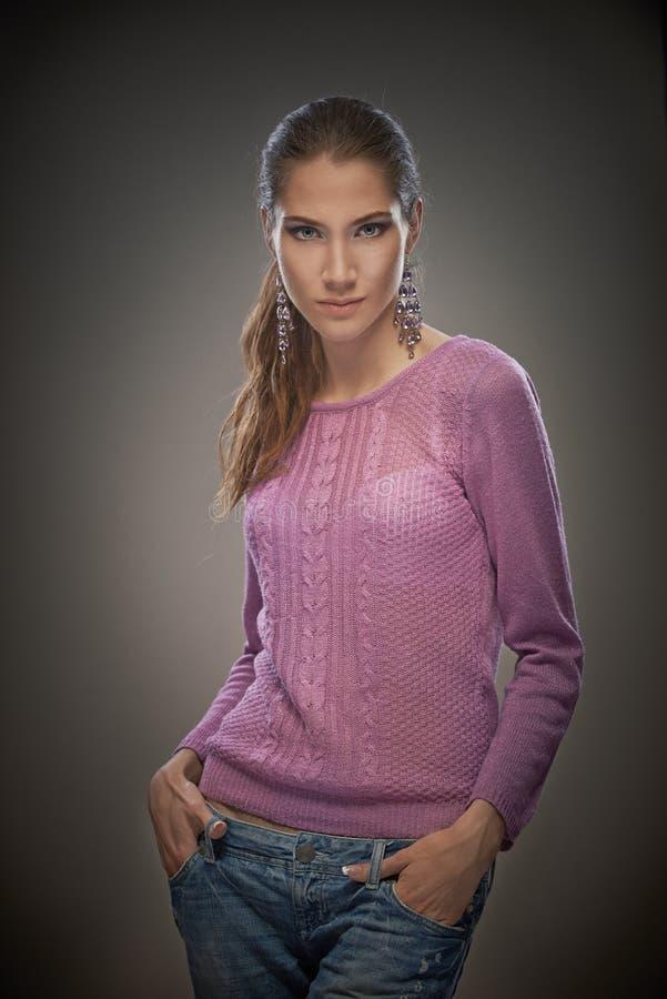 Powabna dziewczyna w różowym pulowerze fotografia stock