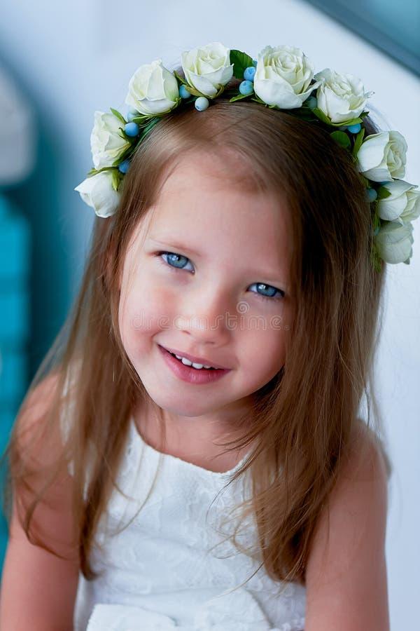 Powabna dziewczyna z długim blondynu włosy, skocznymi niebieskimi oczami i uszczypniętym nosem bezel jest handmade Ono uśmiecha s zdjęcie stock