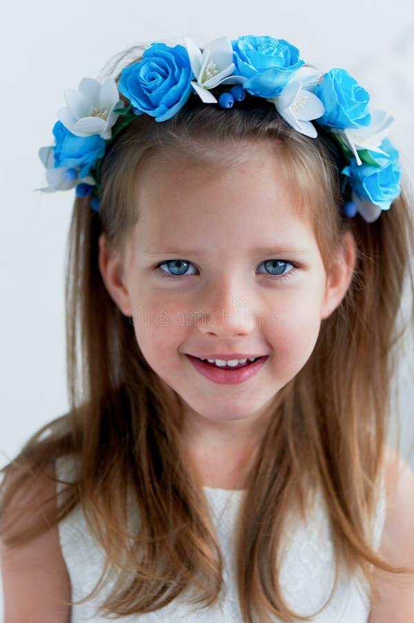 Powabna dziewczyna z długim blondynu włosy, skocznymi niebieskimi oczami i uszczypniętym nosem bezel jest handmade Ono uśmiecha s fotografia royalty free