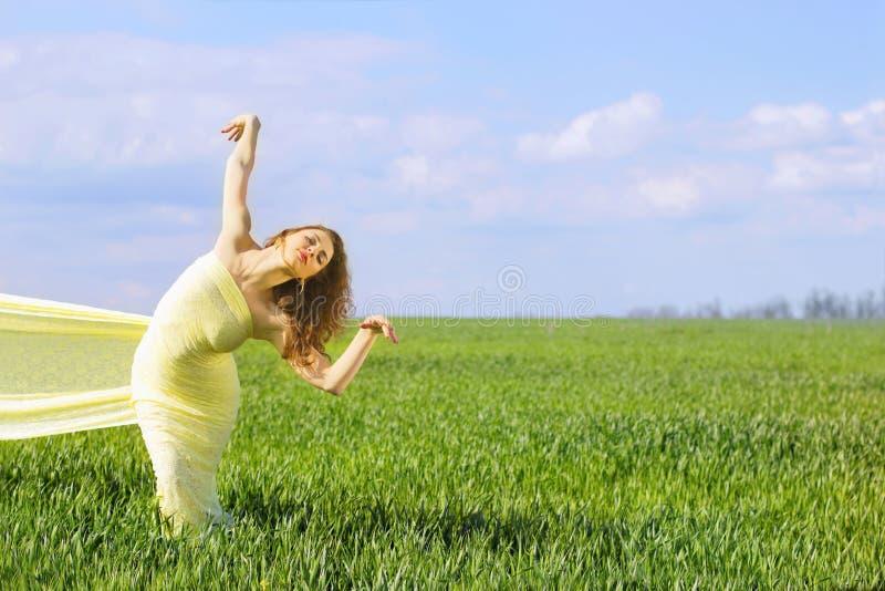 Powabna elastyczna młoda kobieta obrazy stock