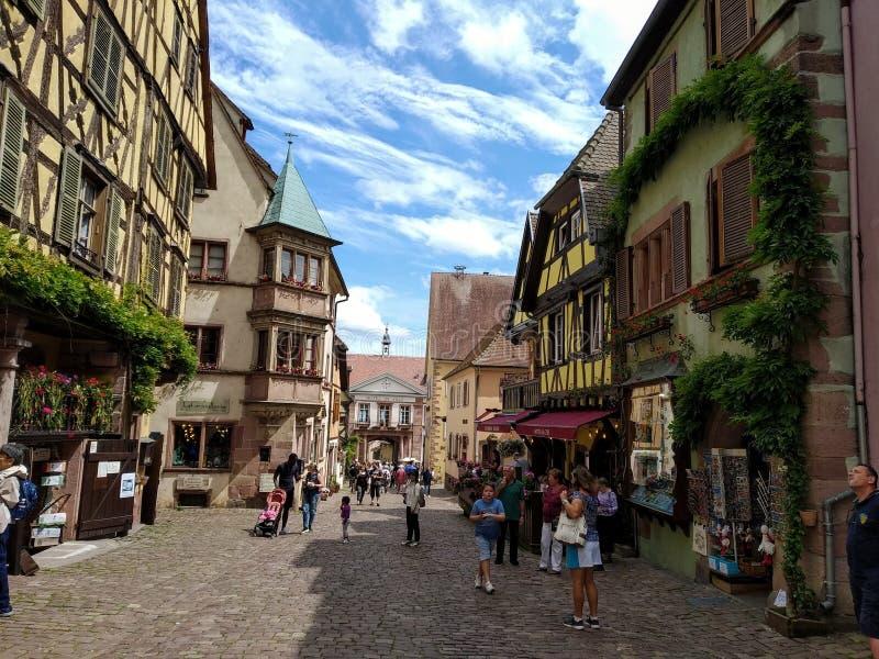 Powabna główna ulica Riquewihr, Alsace, Francja obrazy royalty free