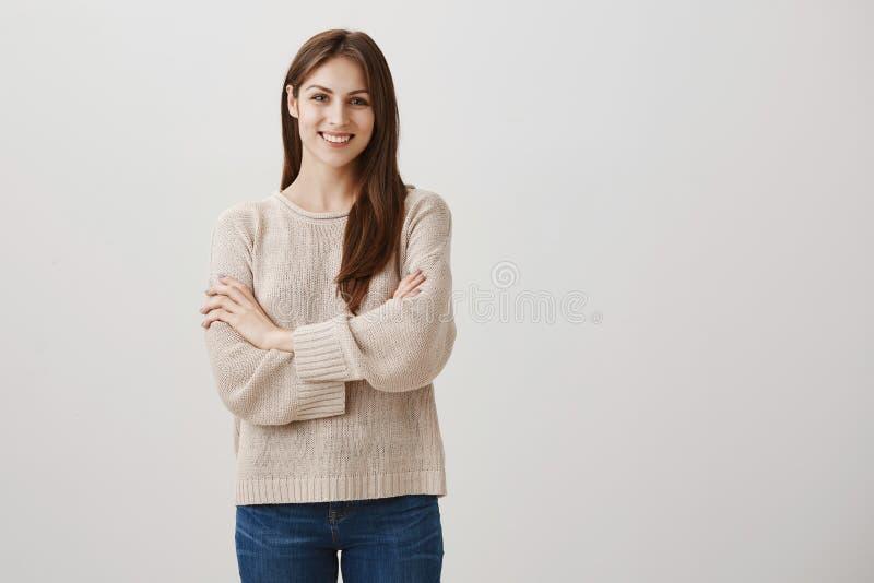 Powabna gospodyni domowa zaczynał jej swój biznes Portret atrakcyjna caucasian dorosła kobieta w przypadkowej strój pozyci obraz stock