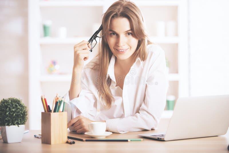 Powabna kobieta przy miejscem pracy zdjęcia royalty free