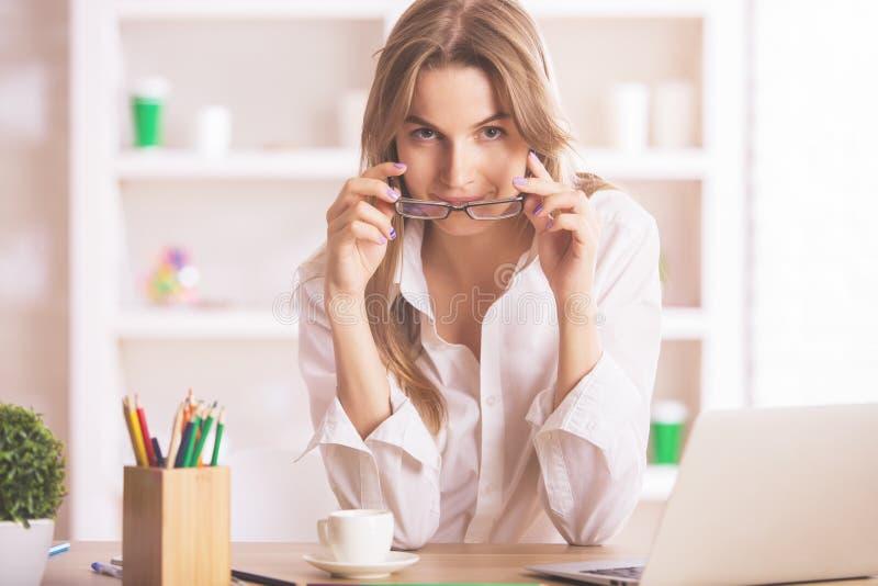 Powabna kobieta przy miejscem pracy zdjęcie royalty free
