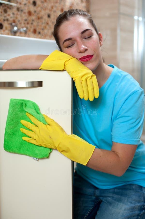 Powabna kobieta robi cleaning obraz stock
