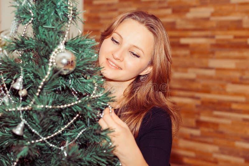 Powabna kobieta stoi blisko jedlinowego drzewa zdjęcia stock