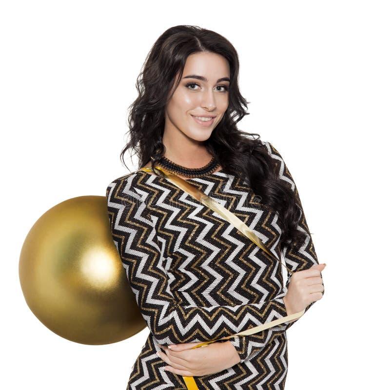 Powabna kobieta Trzyma Dużą Złotą Drzewną piłkę szczęśliwego nowego roku, zdjęcia stock