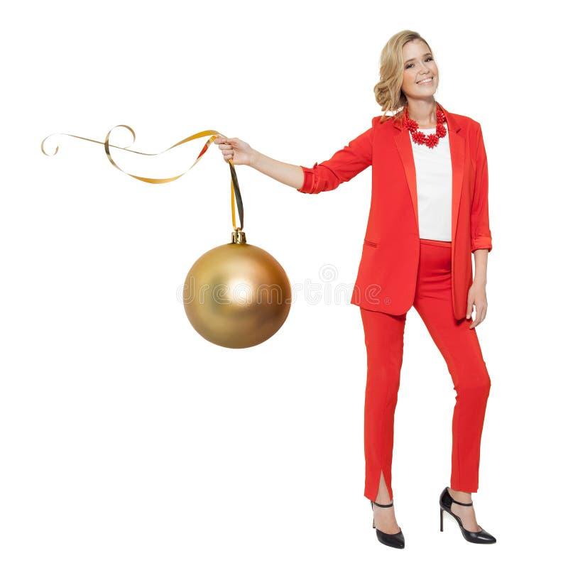 Powabna kobieta Trzyma Dużą Złotą Drzewną piłkę szczęśliwego nowego roku, zdjęcia royalty free