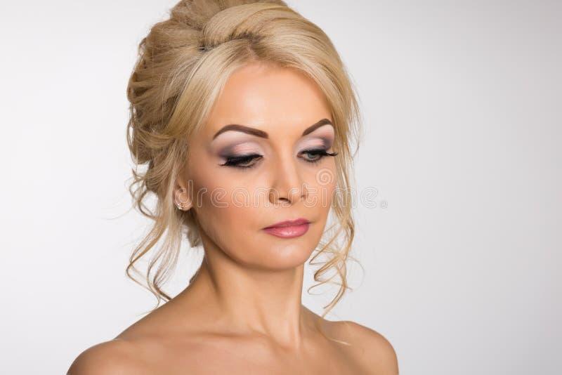 Powabna młoda blondynka z nagimi ramionami fotografia royalty free