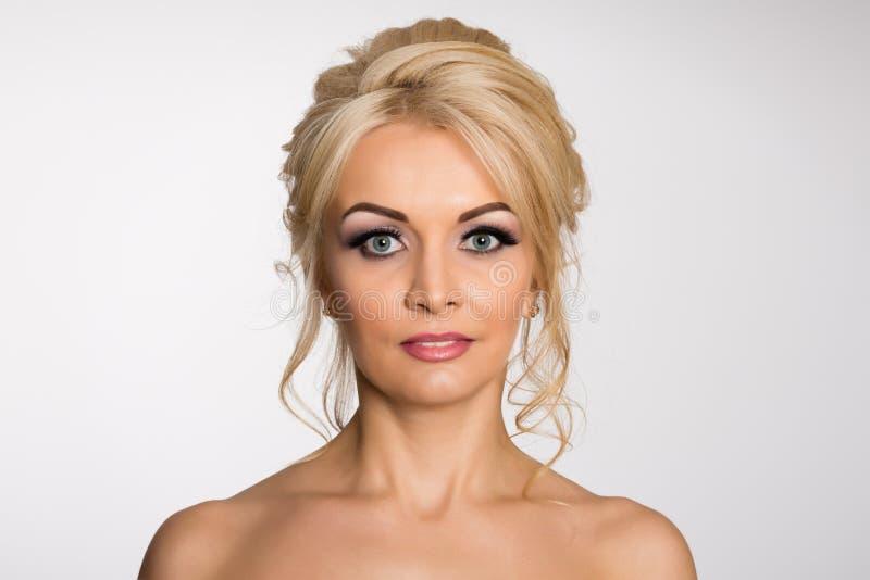 Powabna młoda blondynka z nagimi ramionami obrazy stock