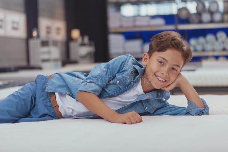 Powabna młoda chłopiec przy meblarskim sklepem fotografia stock