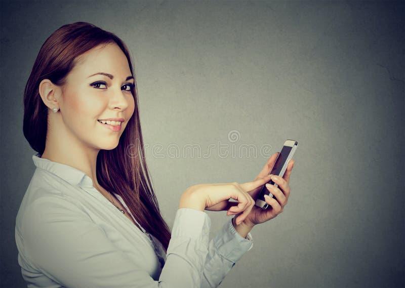 Powabna młoda kobieta używa smartphone fotografia royalty free