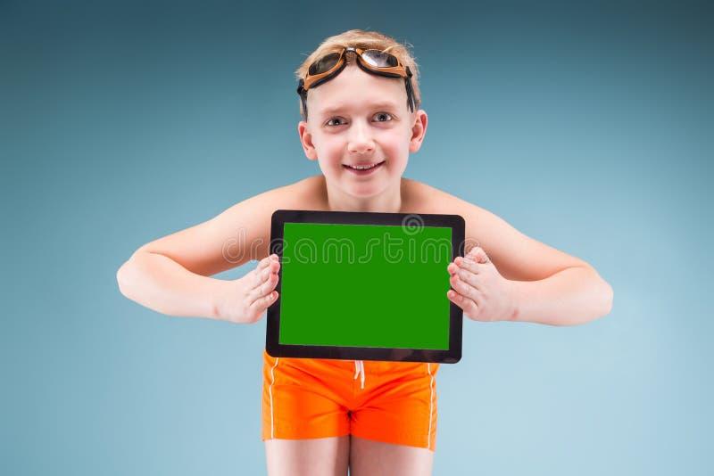 Powabna młoda pływaczka pokazuje pastylka ekran zdjęcie royalty free