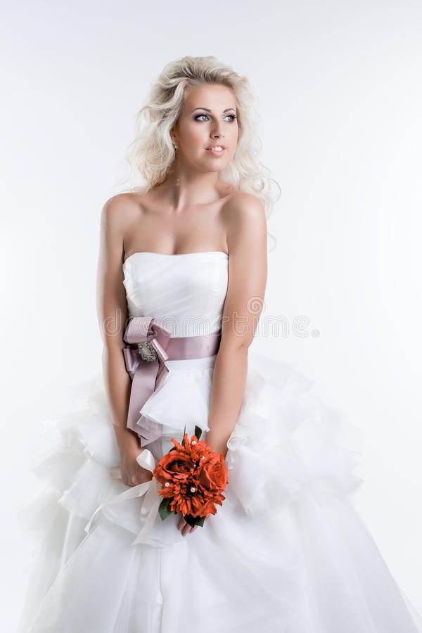 Powabna młoda panna młoda w eleganckiej sukni, zakończenie zdjęcie royalty free
