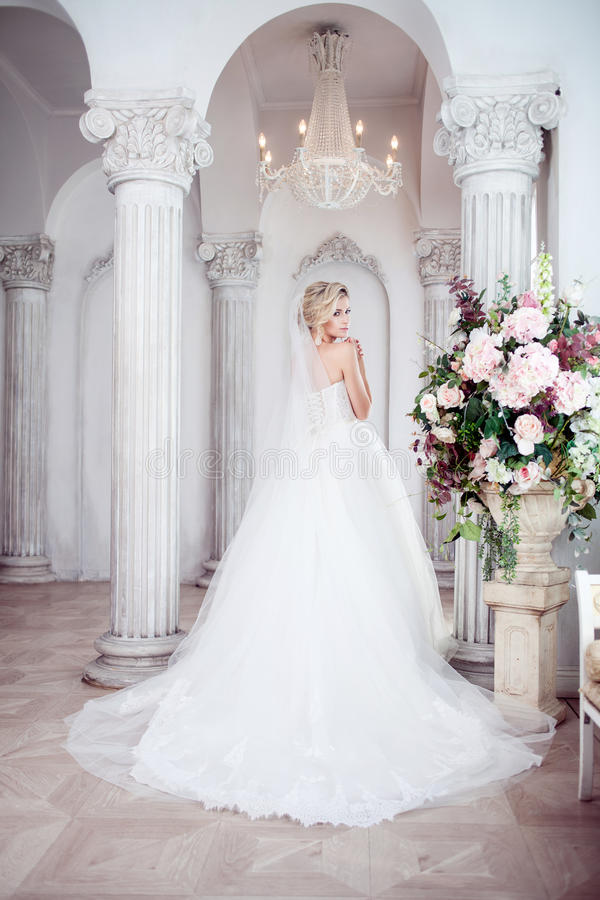 Powabna młoda panna młoda w luksusowej ślubnej sukni Ładna dziewczyna fotografii studio obrazy stock