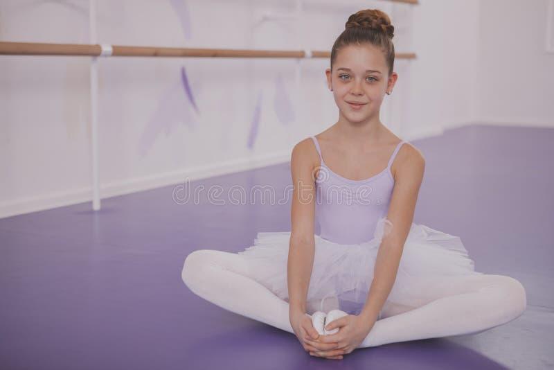 Powabna m?odej dziewczyny balerina ?wiczy przy taniec szko?? obrazy stock
