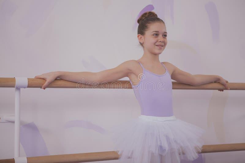 Powabna m?odej dziewczyny balerina ?wiczy przy taniec szko?? fotografia stock
