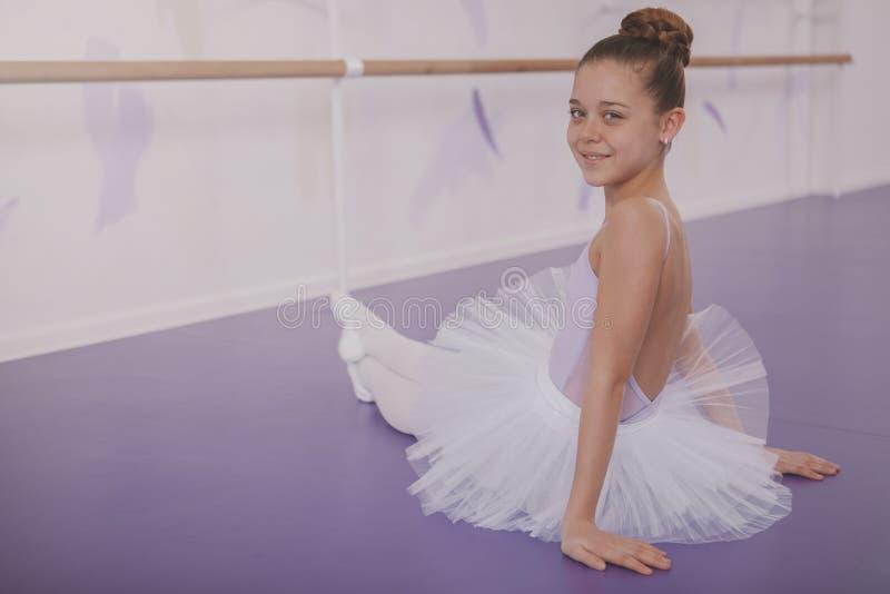 Powabna m?odej dziewczyny balerina ?wiczy przy taniec szko?? fotografia royalty free
