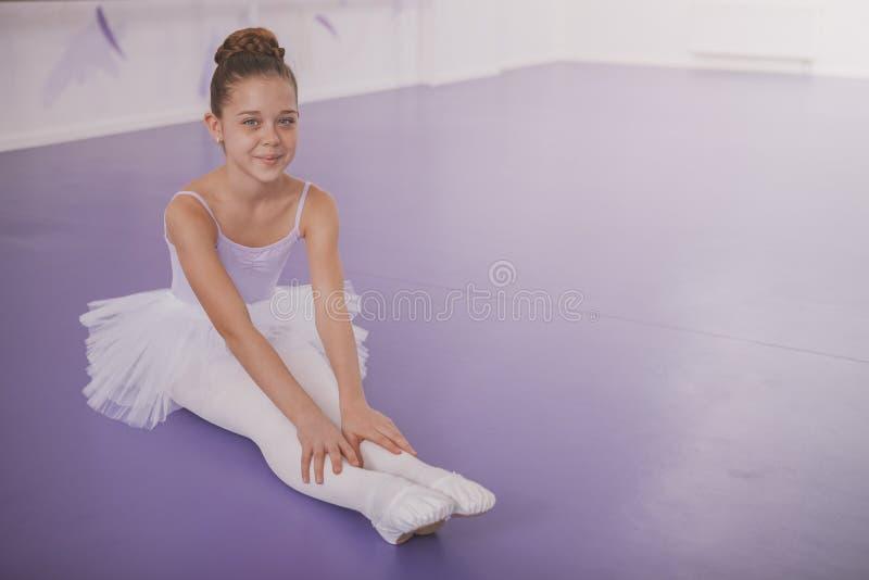 Powabna m?odej dziewczyny balerina ?wiczy przy taniec szko?? zdjęcia stock