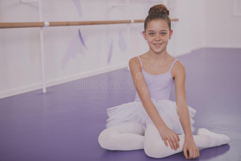 Powabna m?odej dziewczyny balerina ?wiczy przy taniec szko?? zdjęcia royalty free