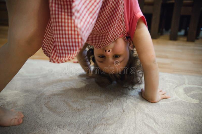 Powabna mała dziewczynka ono uśmiecha się i bawić się fotografia royalty free