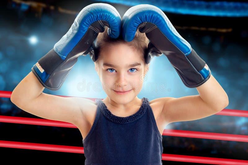 Powabna mała dziewczynka w bokserskich rękawiczkach obrazy stock
