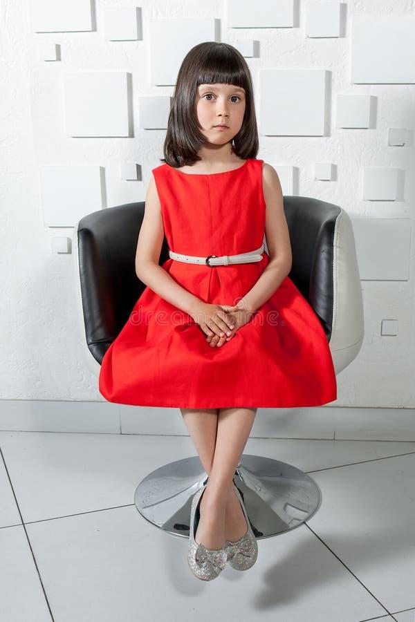 Powabna mała dziewczynka w czerwonej sukni zdjęcie stock