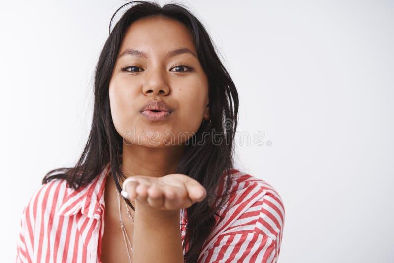 Powabna oferta i romantyczna dziewczyna wysyła namiętnego buziaka przy kamerą nagroda chłopak na valentines dniu, być fotografia stock