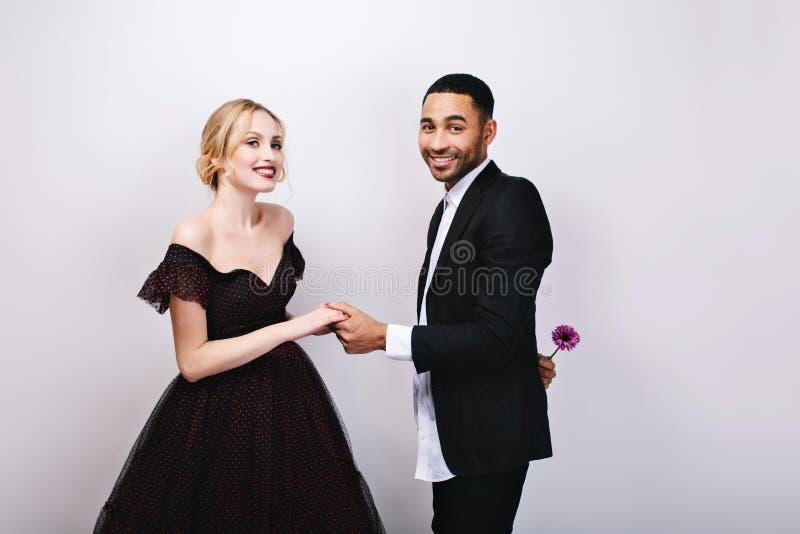 Powabna pary miłość świętuje walentynka dzień na białym tle Atrakcyjna kobieta w luksusowej wieczór sukni fotografia royalty free