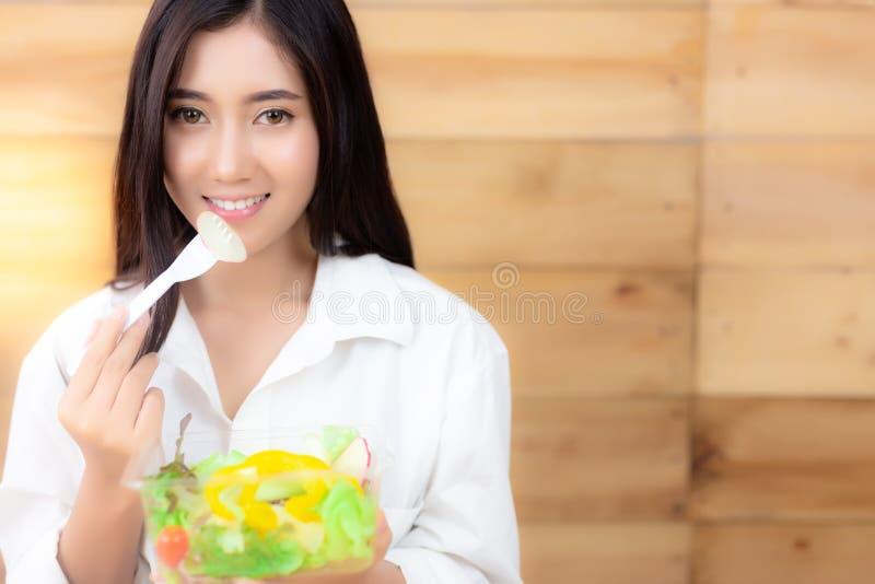 Powabna piękna kobieta używa rozwidlenie dla dostawać warzywa t obraz royalty free