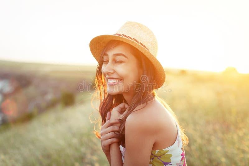 Powabna szczęśliwa dziewczyna w kapeluszu i sukni outdoors obraz royalty free