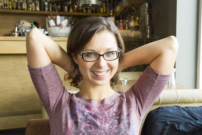 Powabna uśmiechnięta dziewczyna w restauraci obraz stock