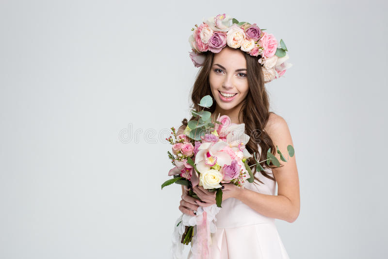 Powabna uśmiechnięta młoda panna młoda w kwiatu wianku z pięknym bukietem obrazy stock