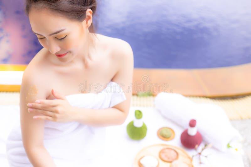 Powabnego pięknego kobiety use ziołowe pętaczki dla szorować skóry ce zdjęcia royalty free