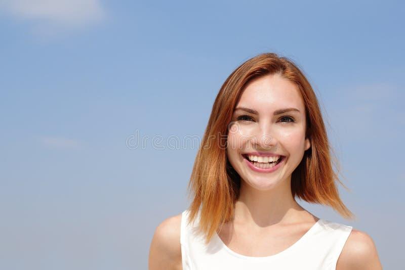Powabnego uśmiechu szczęśliwa kobieta obrazy royalty free