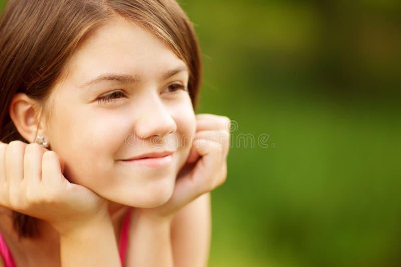 powabnego zbliżenia żeńskiego portreta uśmiechnięci potomstwa fotografia royalty free