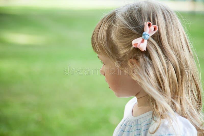 powabnej dziewczyny odosobniony mały portret obraz stock