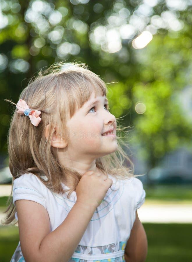 powabnej dziewczyny odosobniony mały portret zdjęcia stock