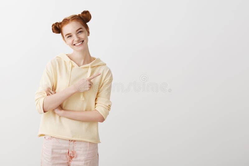 Powabni dziewczyn przedstawienia ty odbitkowa przestrzeń Zadowolona budzący emocje młoda europejska kobieta z czerwony włosianego fotografia stock