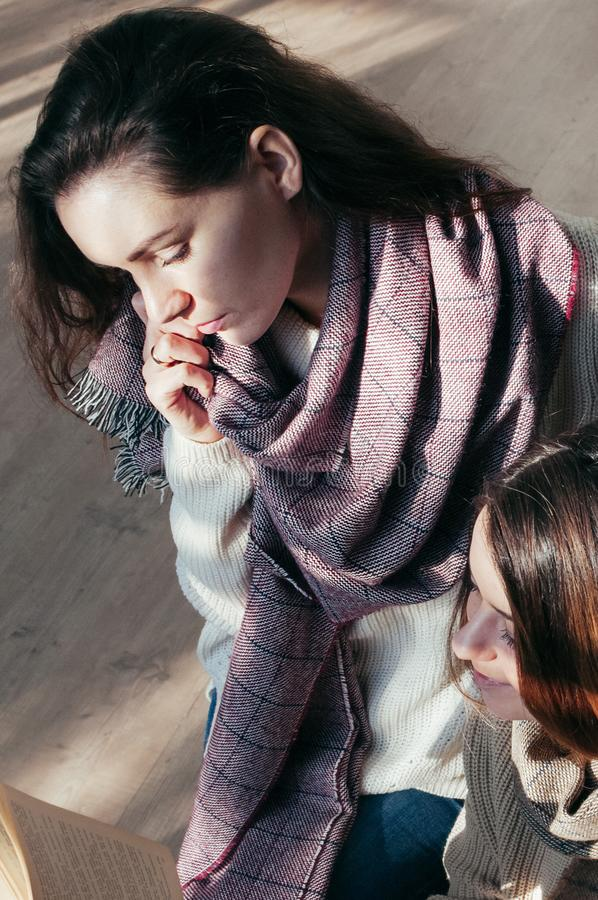 Powabni studenccy dziewczyna przyjaciele siedzi nad książką zdjęcie stock