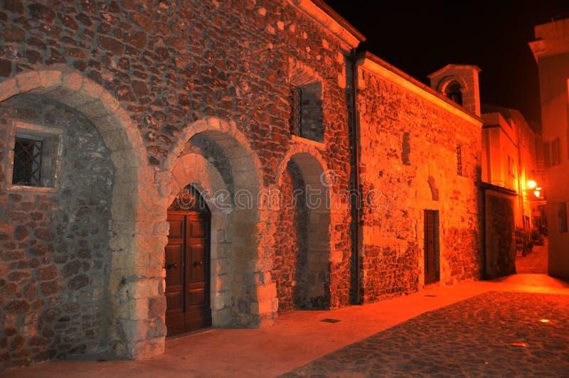 Powabny średniowieczny grodzki Castelsardo Sardinia przy nocą zdjęcia stock