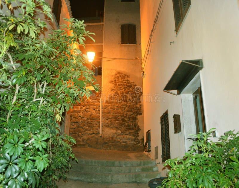 Powabny średniowieczny grodzki Castelsardo Sardinia przy nocą zdjęcie stock