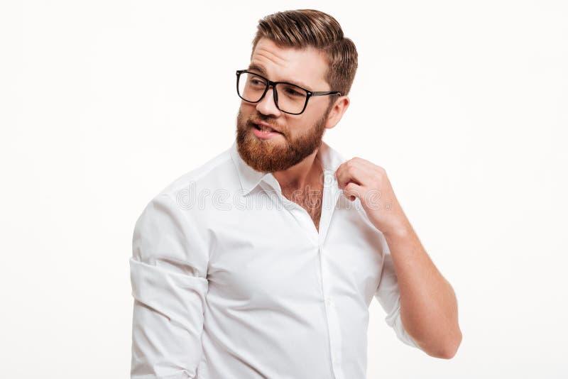 Powabny atrakcyjny brodaty mężczyzna w eyeglasses obrazy stock