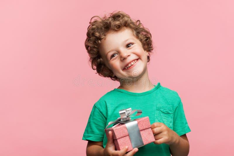 Powabny dzieciak z prezenta pudełkiem zdjęcia royalty free
