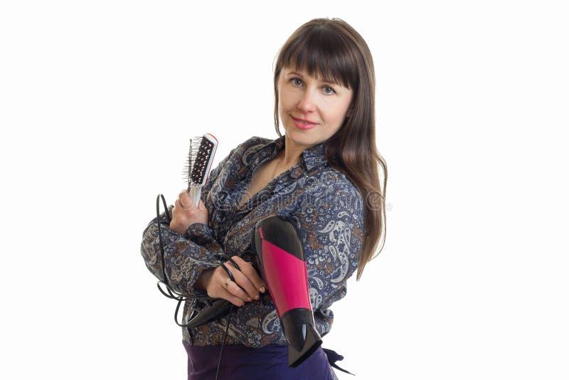 Powabny kobieta stylista z narzędziami w rękach pozuje na kamerze zdjęcia royalty free
