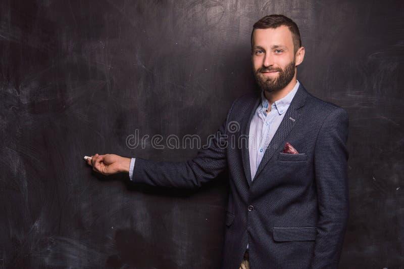 Powabny mężczyzna pisze z kredą obraz stock
